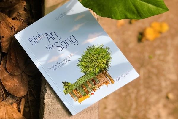 'Bình an mà sống' của Lưu Đình Long: Ngòi bút uyển chuyển chở năng lượng tích cực
