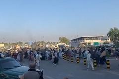 Cảnh hỗn loạn và nổ súng ở sân bay Kabul