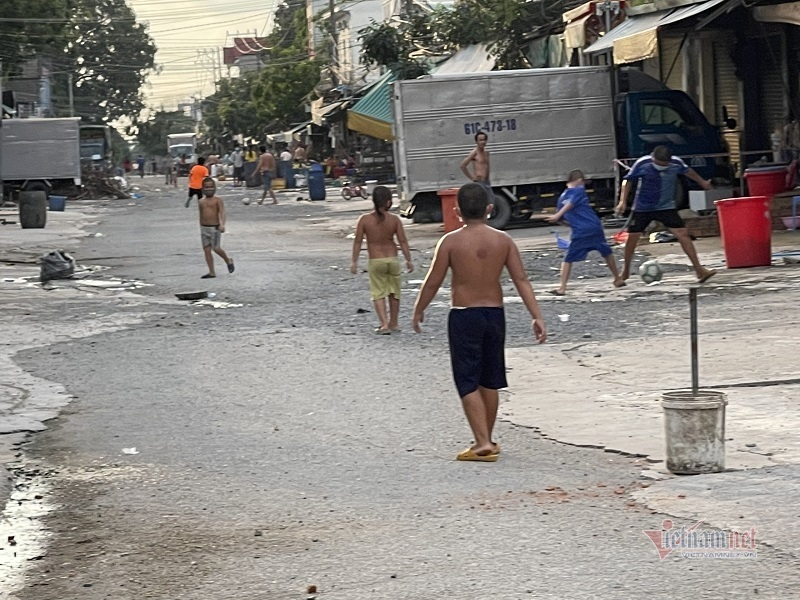 Giữa 'điểm nóng' Bình Dương, dân vô tư tập trung vui chơi như không có dịch