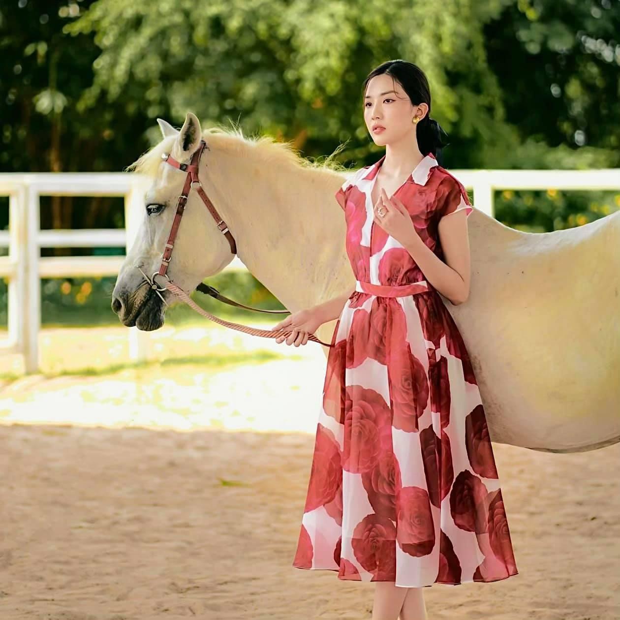Lương Thanh '11 tháng 5 ngày' gợi cảm khác xa trên phim