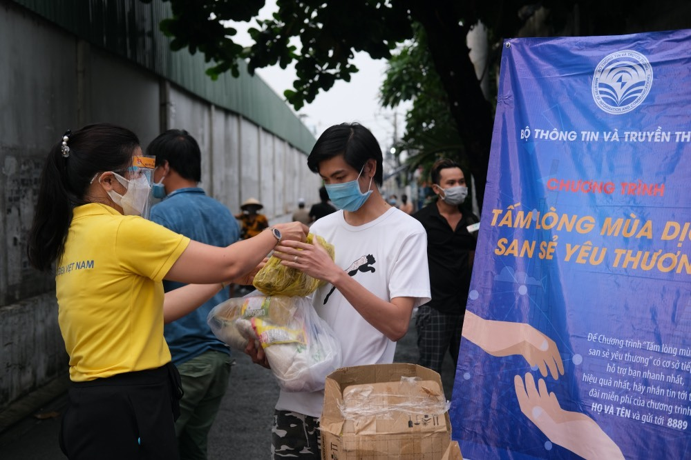 Người dân TP.HCM bắt đầu nhận quà từ chương trình 'Tấm lòng mùa dịch, san sẻ yêu thương'