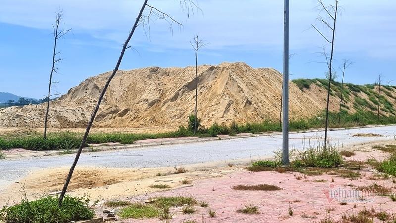 Bãi tập kết cát trái phép 'khổng lồ' giữa lòng TP Thanh Hóa
