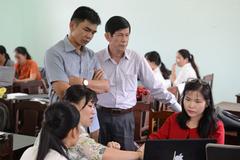 Giáo viên vùng cao thức đêm hỗ trợ đồng nghiệp áp dụng phương pháp giảng dạy mới