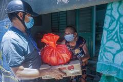 Đội nắng đi từng ngõ tiếp lương thực cho người dân nghèo ở Đà Nẵng