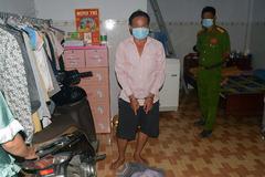 Người đàn ông cắt ống quần của nữ chủ nhà, trùm kín mặt để cướp