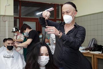 Tông đơ thoăn thoắt, 500 bác sĩ đầu tóc gọn gàng sẵn sàng chống dịch