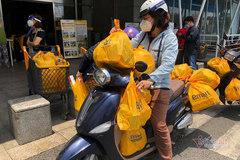 Người dân TP.HCM xếp hàng dài chờ mua thực phẩm, thuốc chữa bệnh