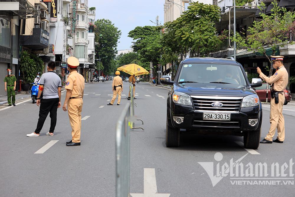 Tổ công tác đặc biệt Hà Nội chốt tại Cửa Nam, đường vắng dân tăng ga bỏ chạy