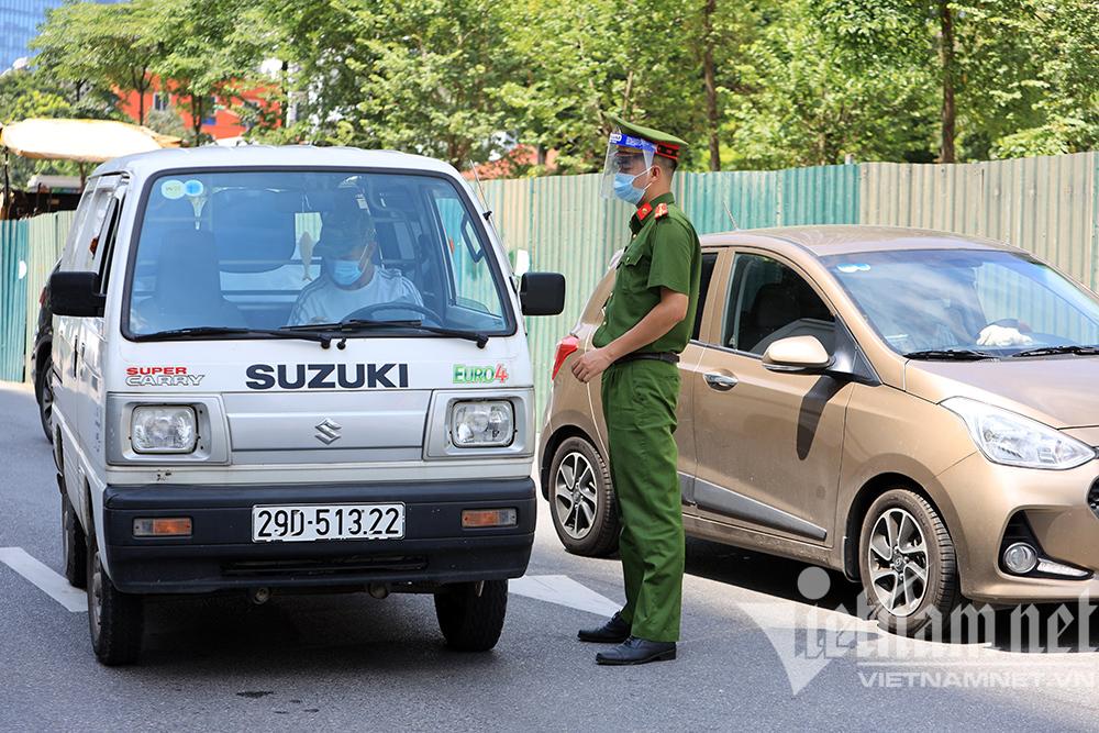 Thấy Tổ công tác đặc biệt, nhiều lái xe quay đầu bỏ chạy ở Hà Nội