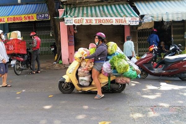 Ba lần dân Sài thành đổ xô đi chợ bất chấp nguy hiểm đại dịch