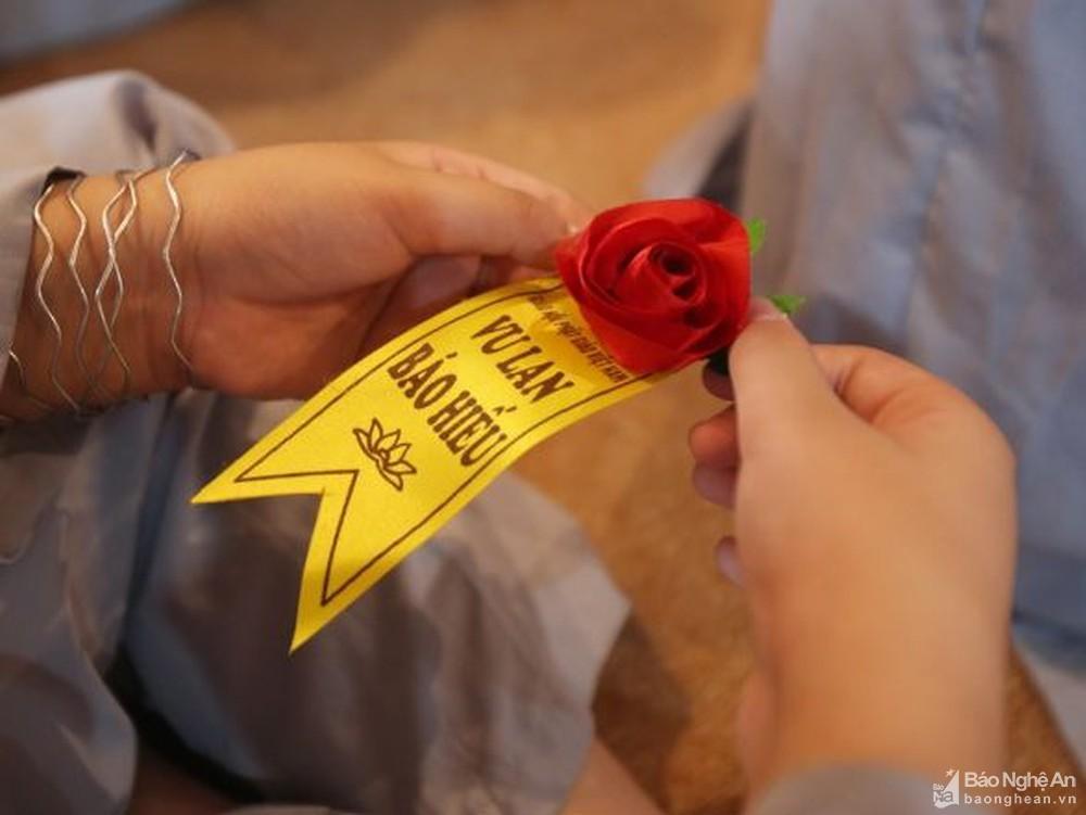 Mùa Vu Lan: Cài hoa hồng đỏ trên áo để nhớ mình còn là người hạnh phúc