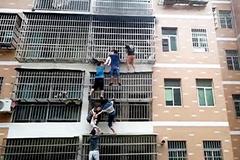 Cư dân tạo 'thang' cứu 2 bé gái thoát căn hộ tầng 3 đang bốc cháy