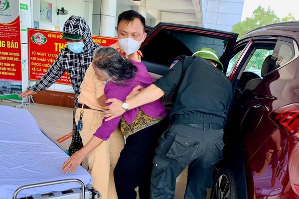 Tổ CSGT phòng chống dịch chở cụ bà bị ngất đi cấp cứu kịp thời