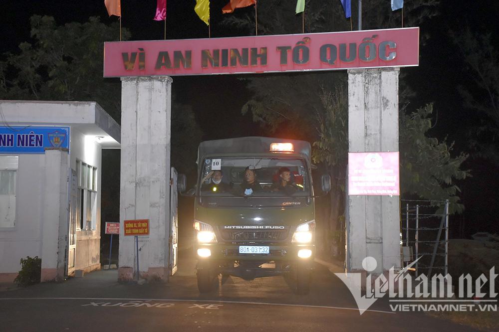 Ăn lương khô, cảnh sát cơ động hành quân xuyên đêm đi chống dịch
