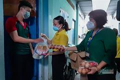 Người dân thất nghiệp xúc động nhận hỗ trợ lương thực, thực phẩm