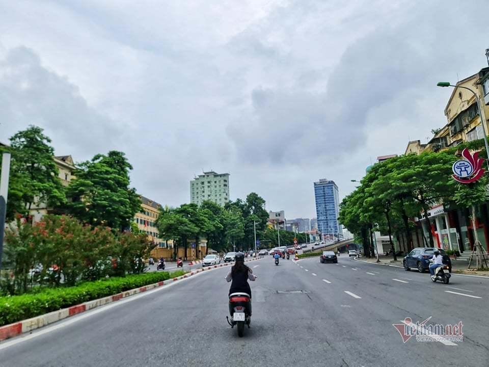 Hình ảnh đường phố Hà Nội ngày siết chặt 'ai ở đâu ở yên đó'