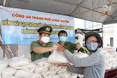 Trao trăm tấn gạo và cá, ai không được nhận thì nhắn tin cho GĐ Công an
