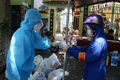 Shipper ở Đà Nẵng mặc đồ bảo hộ đi giao thực phẩm cho người dân