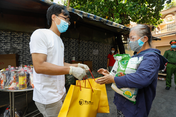 T&T Group tặng 100.000 suất quà cho người dân TP.HCM gặp khó khăn do Covid-19