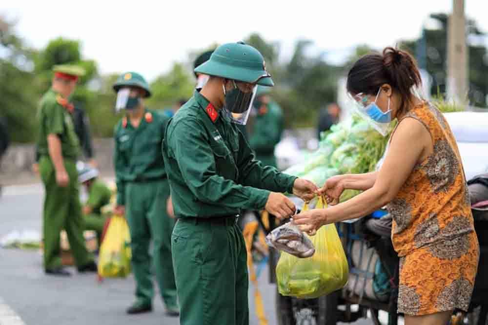 Hình ảnh bộ đội mang lương thực hỗ trợ dân, rất ý nghĩa