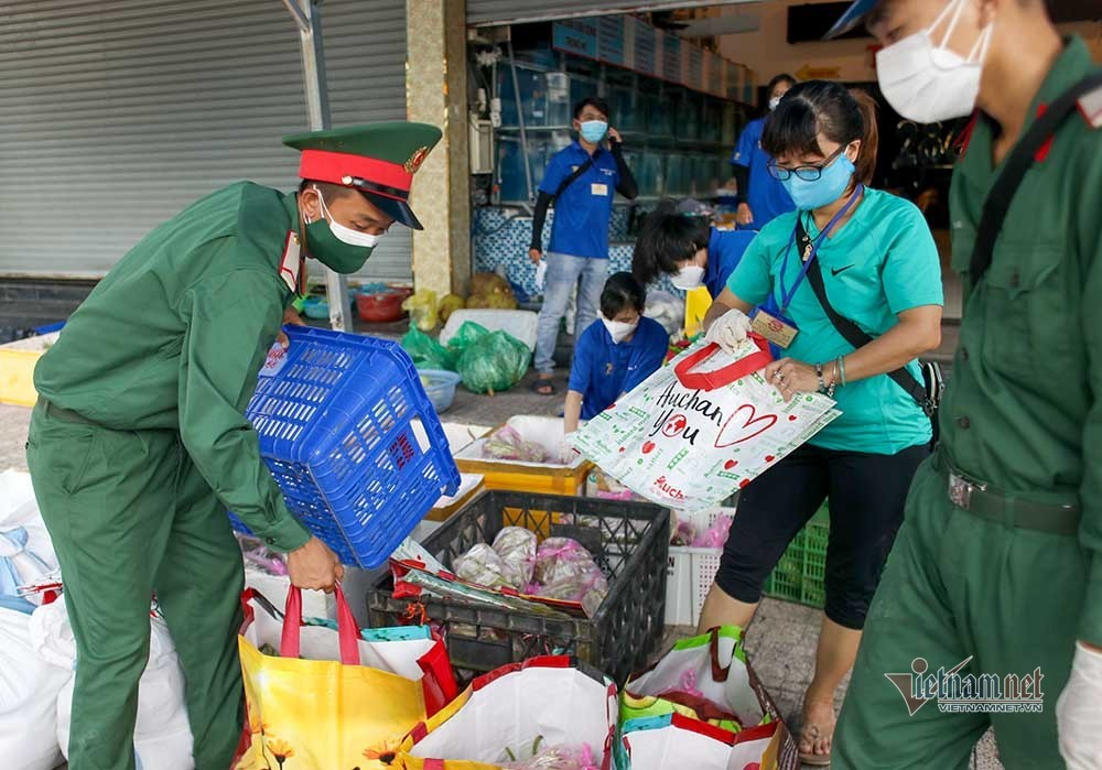 Bộ đội trao thực phẩm tận nhà dân ở TP.HCM