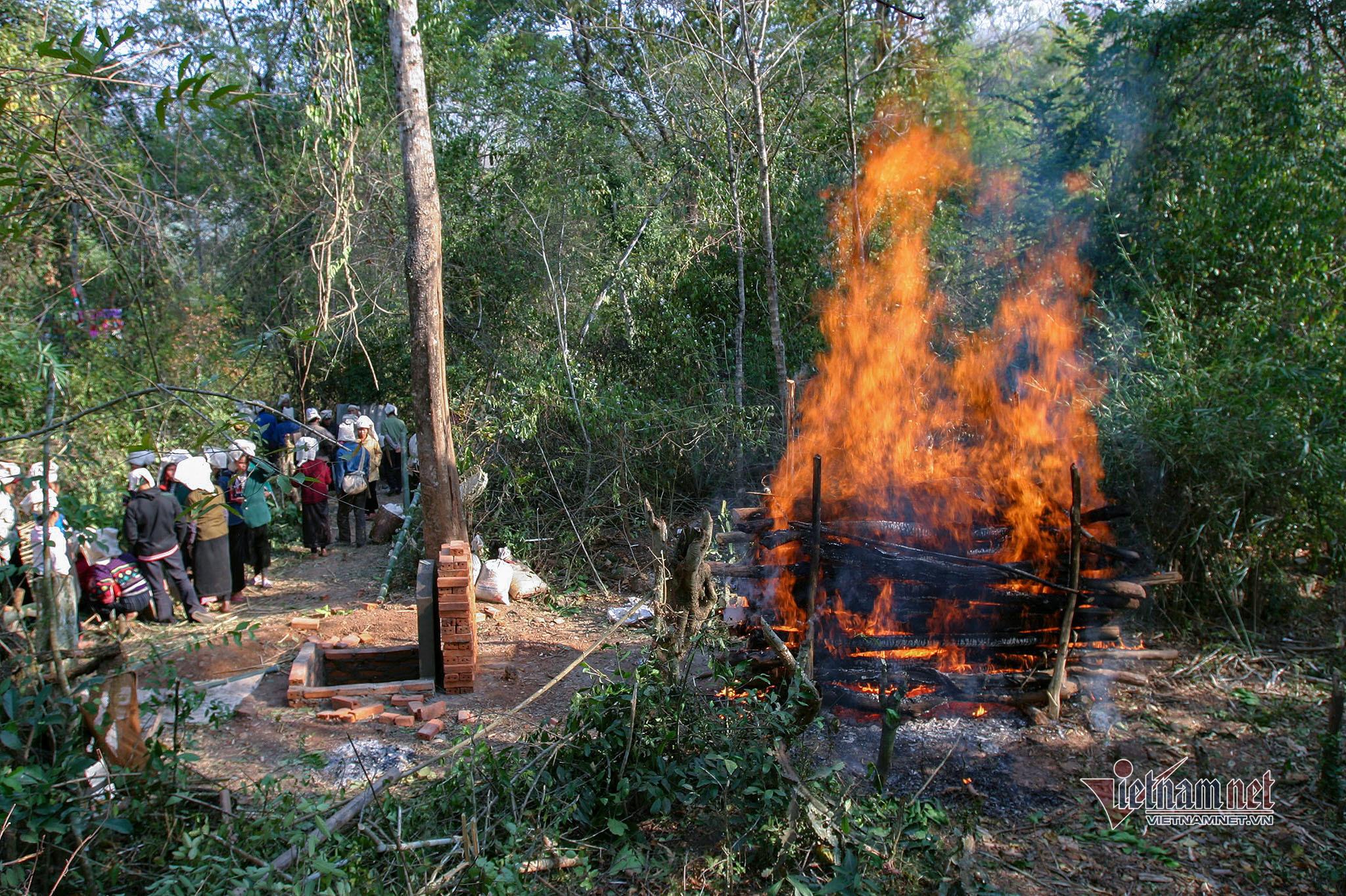 """Tục """"tắm lửa"""" tiễn người dương gian về """"mường trời"""" của người Thái"""