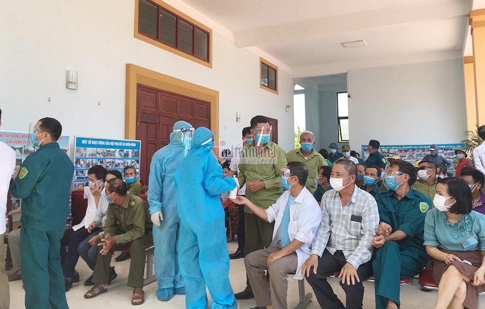 Chủ tịch xã Diễn Hồng ở Nghệ An nói gì khi ưu ái cho vợ con tiêm vắc xin