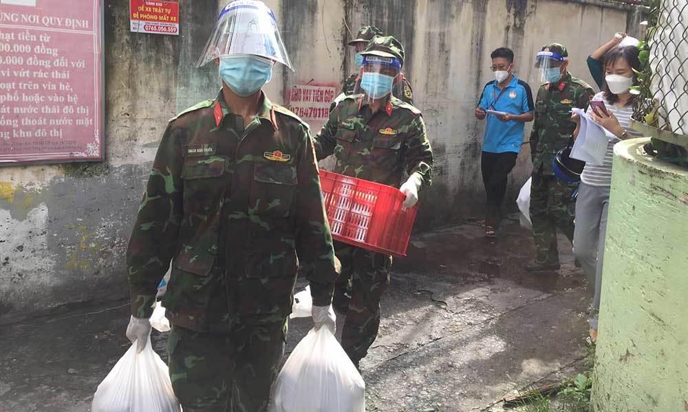 Người dân xóm trọ ở TP.HCM rưng rưng nhận cứu trợ từ bộ đội