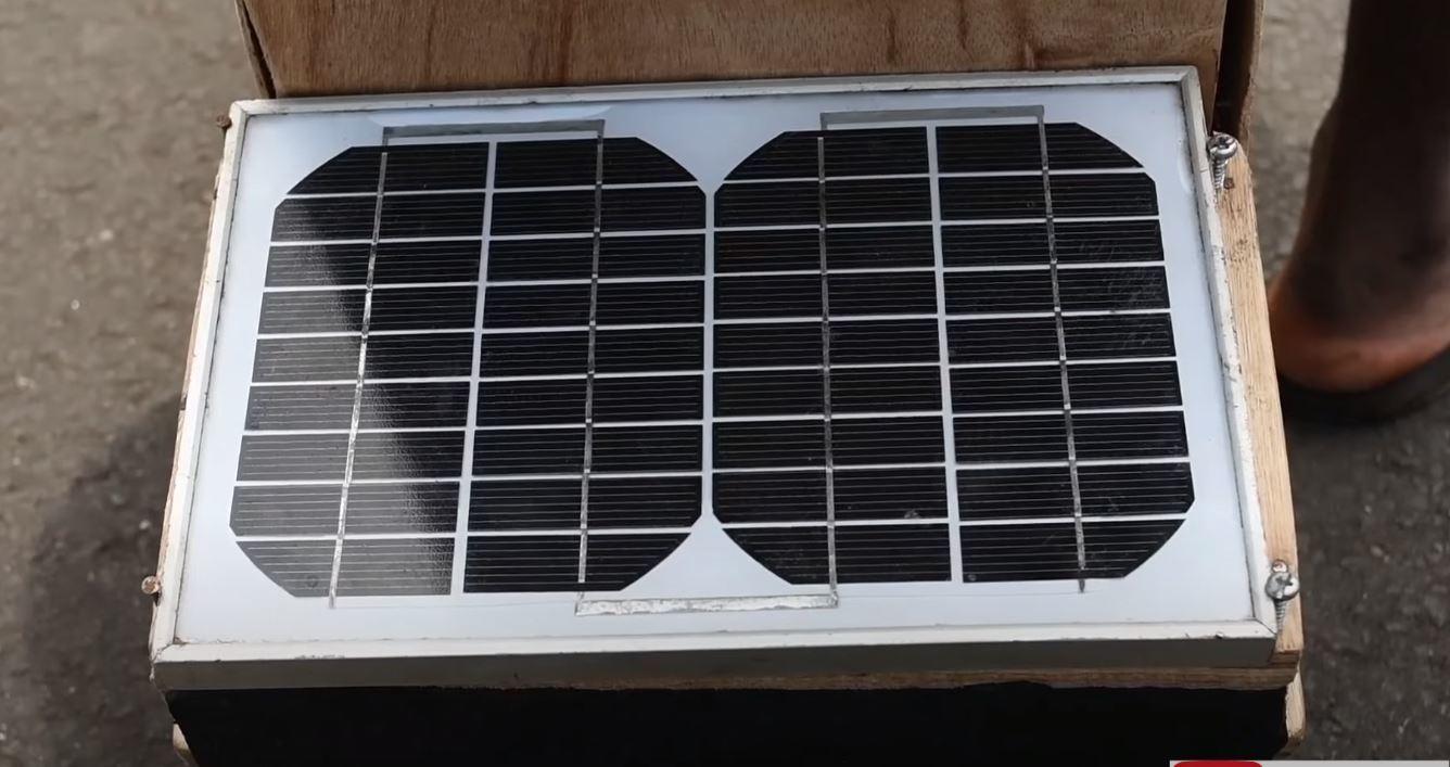 Cậu bé 17 tuổi chế xe gỗ chạy được bằng năng lượng mặt trời