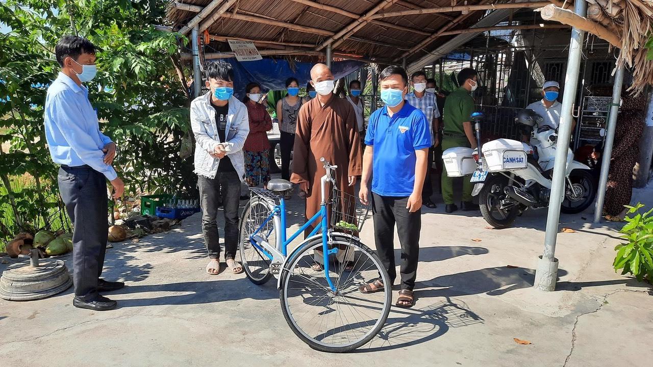 Đi bộ qua Quảng Nam, thanh niên Thanh Hóa được hỗ trợ xe máy về quê
