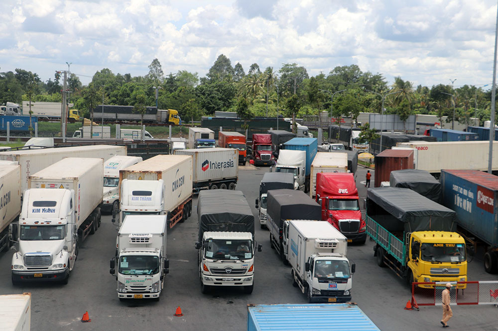 Xe chở hàng ùn tắc ở Cần Thơ do không có 'giấy đăng ký trước'