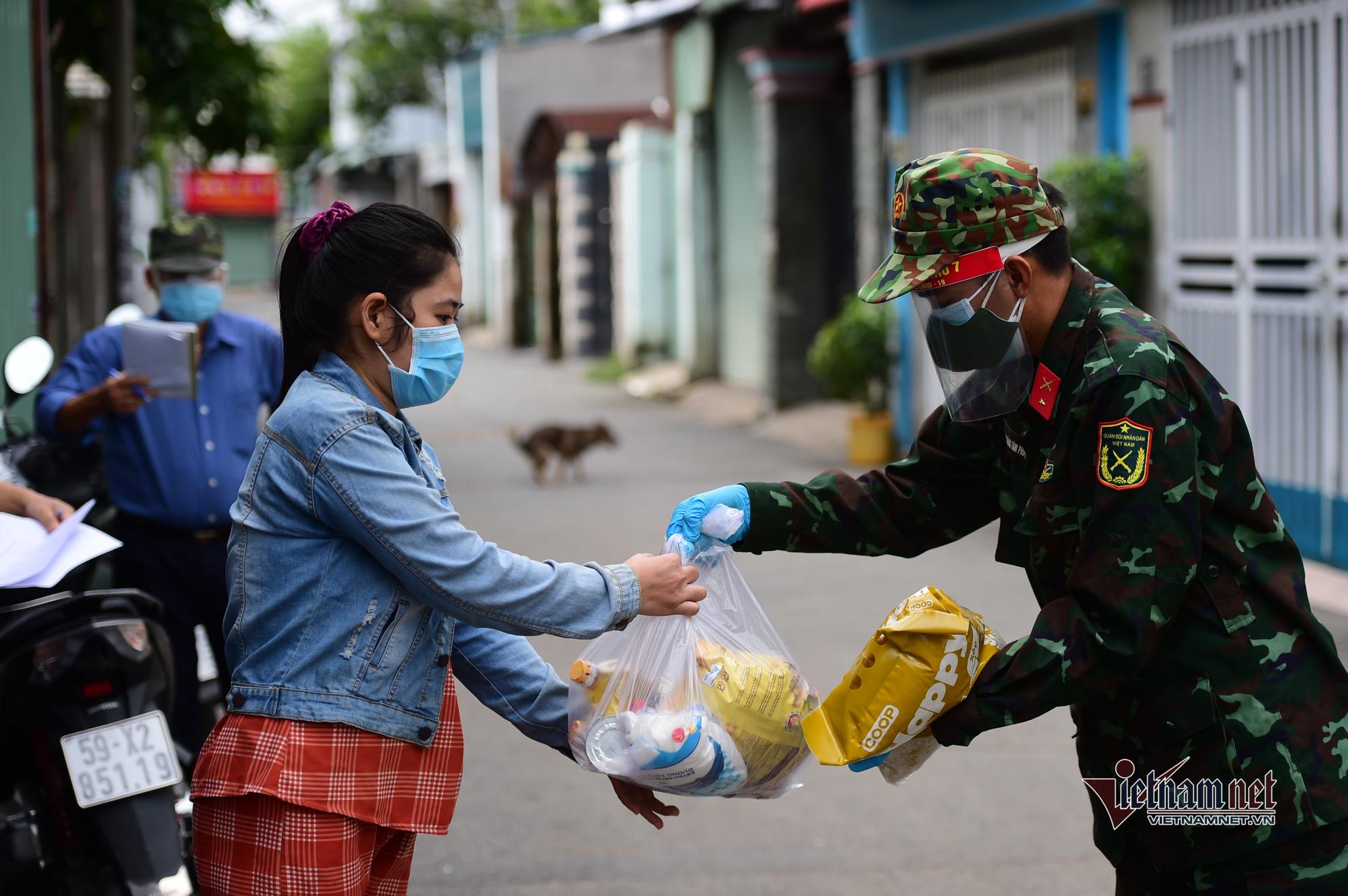 Bộ đội phát nhu yếu phẩm, đi chợ giúp dân trong ngày giãn cách