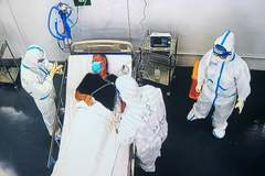 Robots used to treat severe Covid-19 cases in HCM City