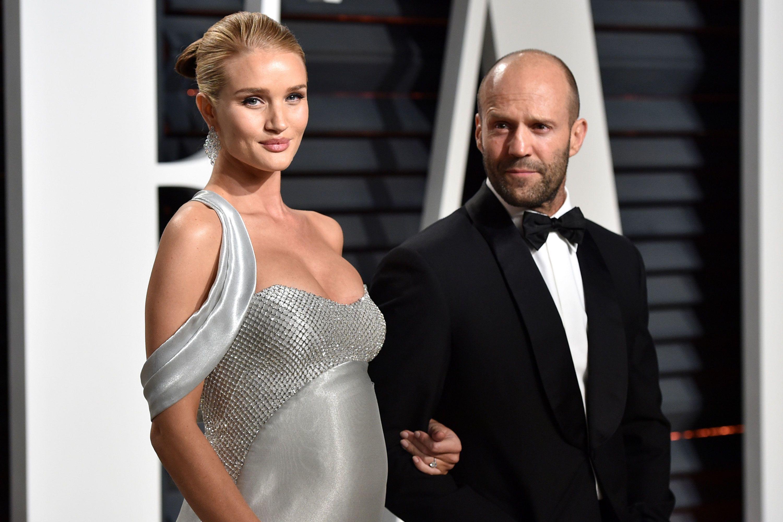 Thân hình rực lửa của siêu mẫu áo tắm lấy tài tử Hollywood hơn 20 tuổi