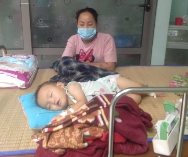 Con gái 1 tuổi bị ung thư máu, mẹ nghèo cầu xin giúp đỡ giữa đại dịch