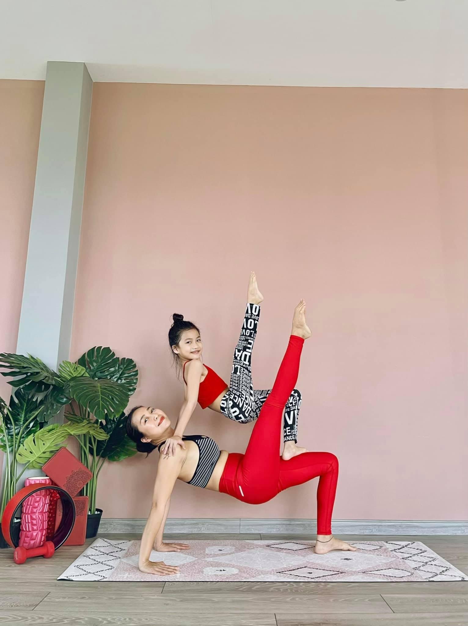 Con gái 8 tuổi của Ốc Thanh Vân tập yoga điêu luyện