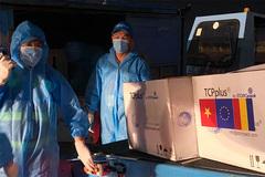 Tiếp nhận 300.000 liều vắc xin Romania tặng Việt Nam