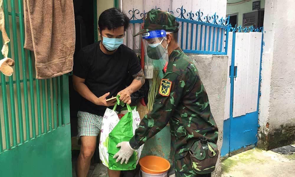 Bộ đội luồn hẻm, trao quà cho các F0 ở Sài Gòn