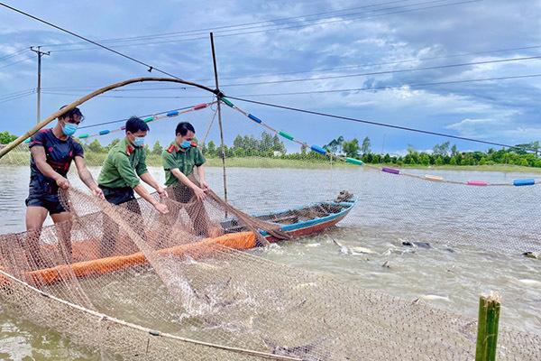 Công an kéo lưới bắt cá trao cho người dân gặp khó khăn trong dịch