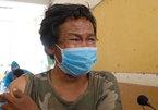 Người vô gia cư xúc động rơi nước mắt khi được tiêm vắc xin ở TP.HCM