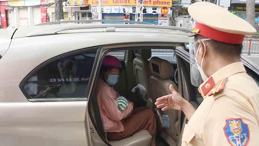 CSGT dùng xe cá nhân chở 2 mẹ con bị bệnh từ TP.HCM về Đồng Nai
