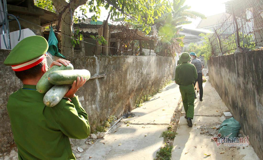 CSGT thành phố Vinh đi từng ngõ phát gạo, rau xanh cho người nghèo