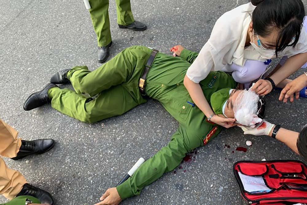 Thanh niên đâm xe làm trọng thương cán bộ chốt kiểm soát  ở Hà Nội