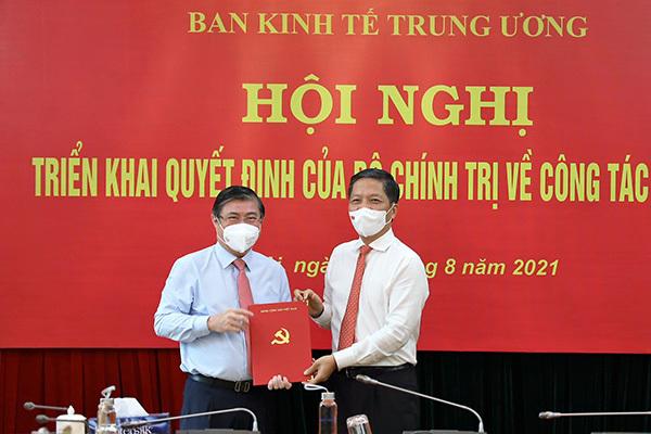 Trao quyết định ông Nguyễn Thành Phong làm Phó Ban Kinh tế Trung ương