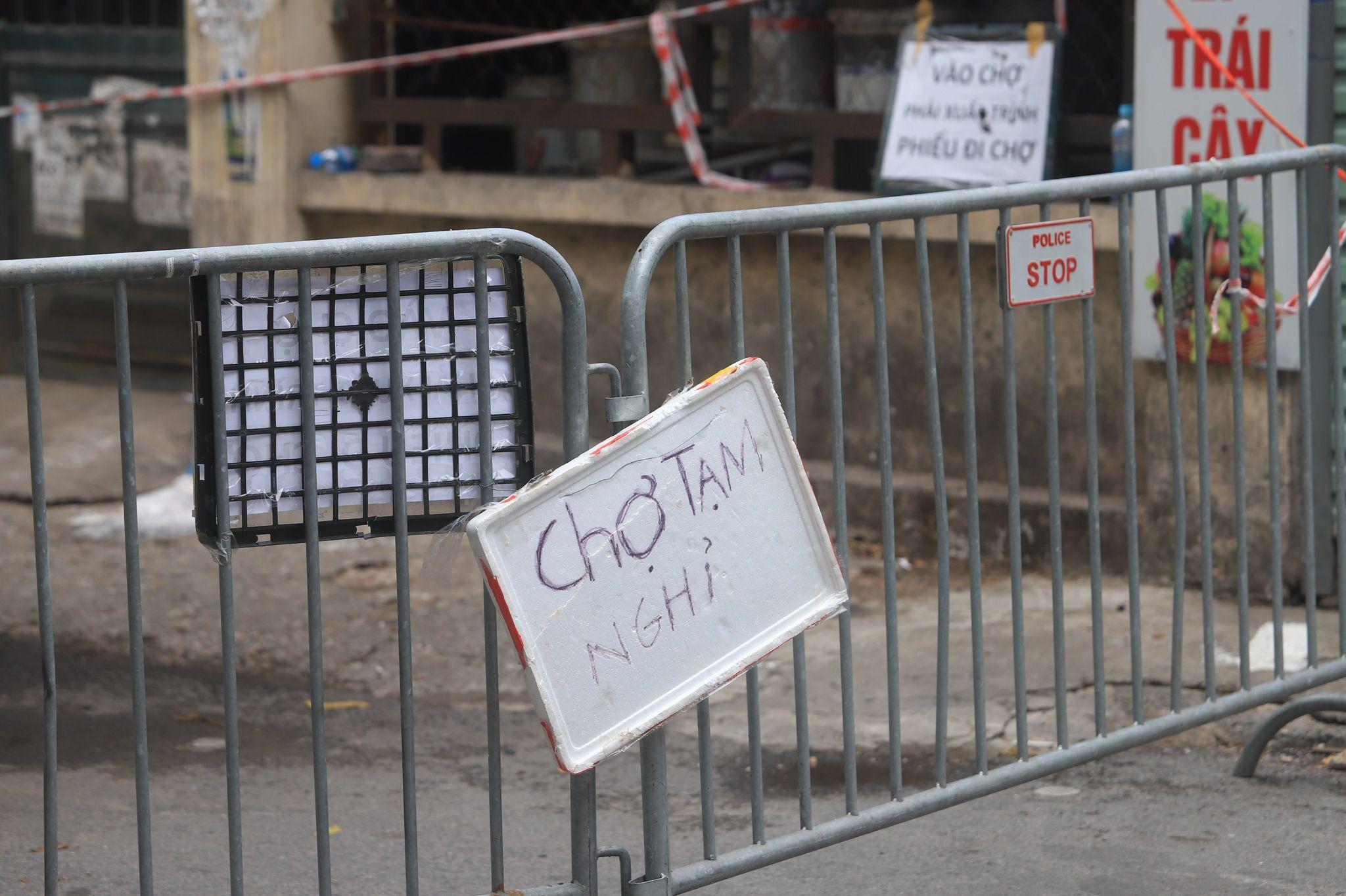 Phong tỏa khu 210 hộ dân cạnh bến xe Giáp Bát, tạm dừng chợ Nhân Chính