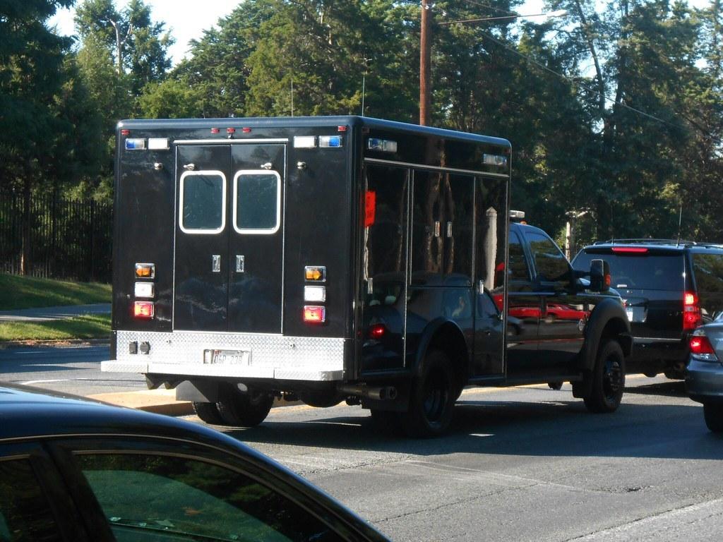 Bí ẩn chiếc xe bán tải thùng kín luôn đi cuối đoàn hộ tống Phó Tổng thống Mỹ