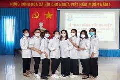 Vừa nhận bằng tốt nghiệp, 8 nữ sinh lên đường vào TP.HCM chống dịch