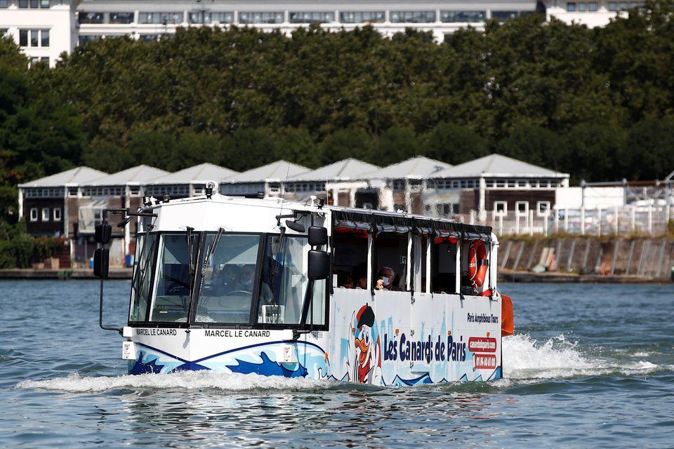 Xe buýt 'bơi lội tung tăng' trên sông Seine, du khách thích mê mẩn