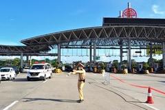 Ngày đầu Hà Nội siết chặt kiểm soát cả xe cứu thương và xe công vụ