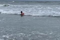 Mẹ hốt hoảng xem lại đoạn video cá mập bơi bên cạnh con gái